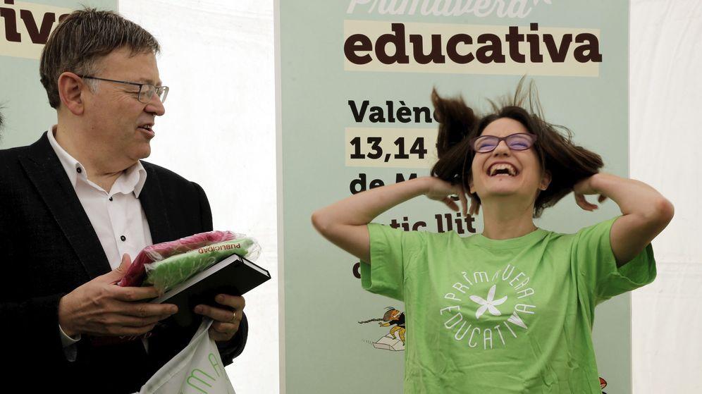 Foto: Ximo Puig junto a su vicepresidenta, Mónica Oltra, durante la visita a la feria de la Primavera Educativa, este 14 de mayo en Valencia. (EFE)