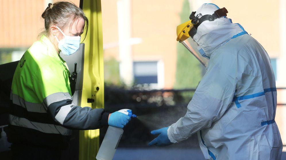 Foto: Un sanitario desinfectándose. (EFE)