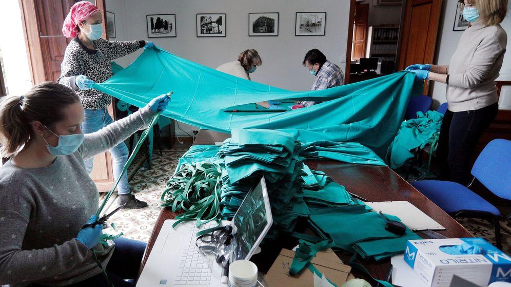 Foto: Voluntarios de Benetússer, en Valencia, cosen mascarillas para el hospital Peset. (EFE)