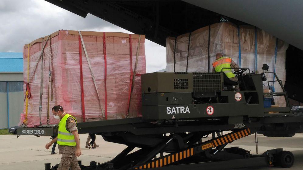 Foto: Miembros del Ejército descargan material sanitario procedente de Shanghái (China) de un avión A400M. (EFE)