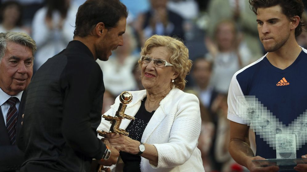 Foto: La alcaldesa de Madrid, Manuela Carmena, entrega el trofeo del Open de Tenis a Rafa Nadal. (EFE)