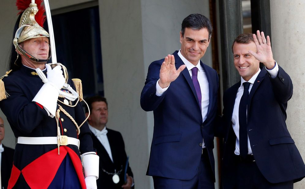 Foto: Pedro Sánchez, recibido por el presidente francés, Emmanuel Macron, a su llegada al palacio del Elíseo, este 23 de junio en París. (EFE)