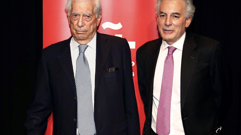 Mario Vargas Llosa, el mejor apoyo para su hijo divorciado en un día muy especial