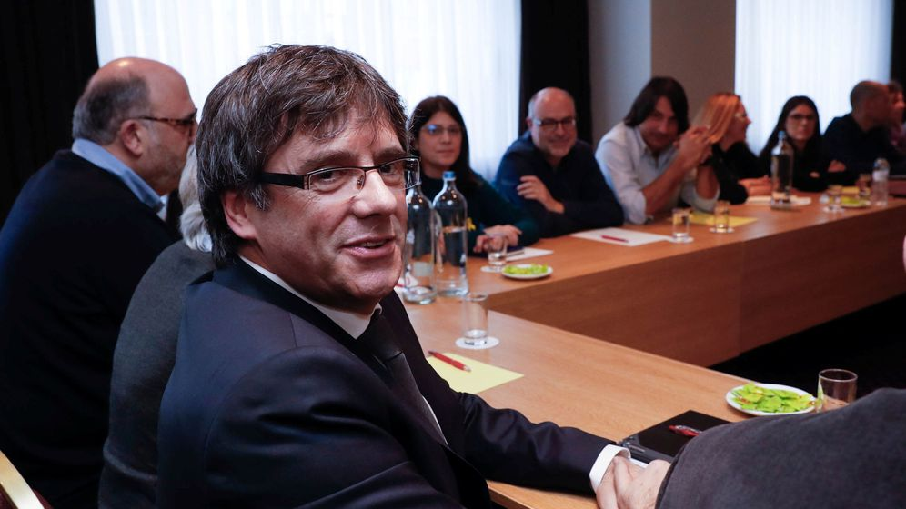 Foto: Carles Puigdemont con los diputados de JxCAT en una reunión en Bruselas. (Reuters)