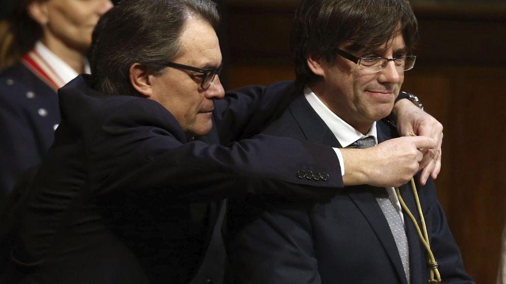 Foto: El expresidente de la Generalitat, Artur Mas (i), impone en enero de 2016 la medalla representativa del cargo al nuevo presidente de la Generalitat, el independentista Carles Puigdemont. (EFE)