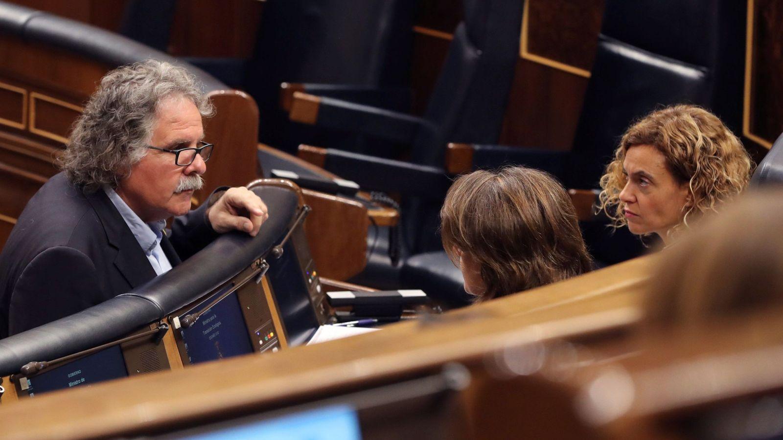 Foto: Joan Tardà (ERC) conversa con la ministra Meritxell Batet. EFE
