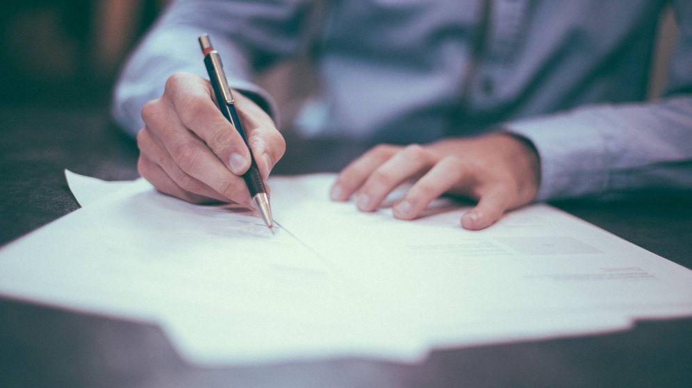 Foto: Una persona firma un documento legal. (Unsplash)