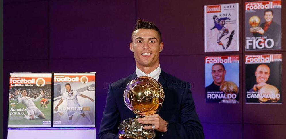 Foto: Cristiano Ronaldo posa con el Balón de Oro 2016 (FOTO: www.realmadrid.com)