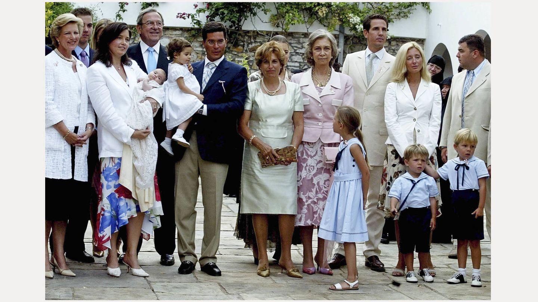La reina Sofía, en el bautizo de Ana María, que está en brazos de la princesa Alexia. (Getty)