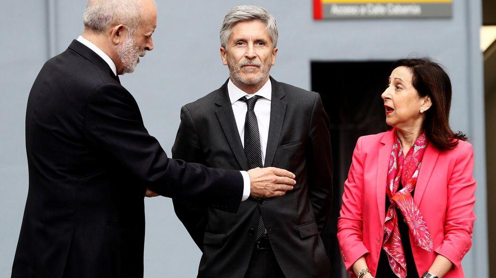 Foto: Los ministros del Interior, Fernando Grande-Marlaska (c), y Defensa, Margarita Robles, y el que fuera director general de la Guardia Civil, Felix Azón. (EFE)