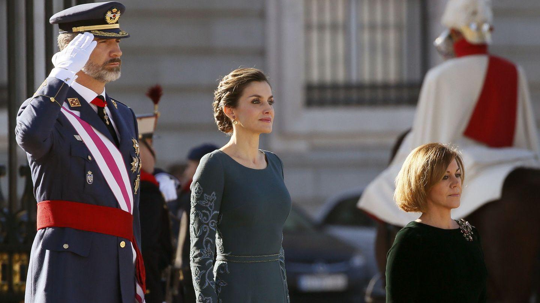 Los Reyes junto a la ministra de Defensa (Efe)