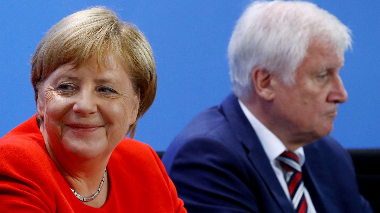 Merkel con su ministro de Interior -y permanente dolor de cabeza- Horst Seehofer, líder de la CSU bávara (REUTERS)