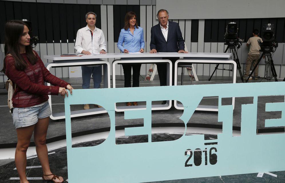 Foto: Vicente Vallés, Ana Blanco y Pedro Piqueras, el 11 de junio de 2016, en los ensayos del único debate a cuatro de la repetición electoral del 26-J. (EFE)
