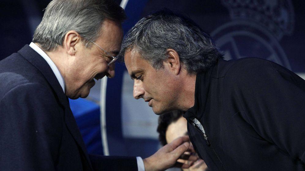 Foto: Florentino Pérez habla con Mourinho, cuando el portugués entrenaba al Real Madrid. (EFE)