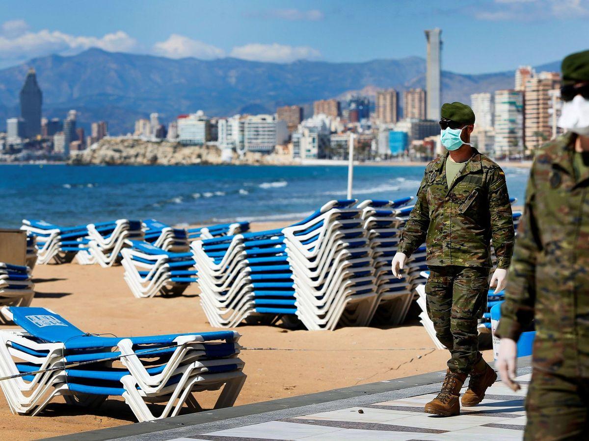 Foto: Soldados de fuerzas especiales del Ejército patrullan por la playa de Benidorm. (EFE)