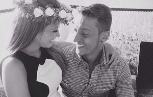 La novia de Mesut Özil, criticada por exponer su ostentoso estilo de vida