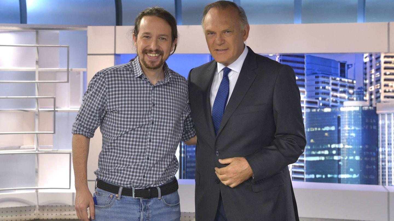 Pablo Iglesias posa con Pedro Piqueras. (Mediaset España)