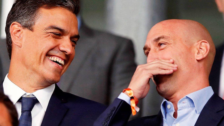 Pedro Sánchez y Luis Rubiales, durante un partido de España en el Mundial de Rusia. (EFE)