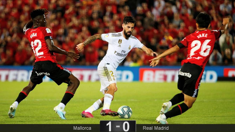 Foto: Isco, titular este sábado, conduce la pelota durante un instante del partido. (EFE)