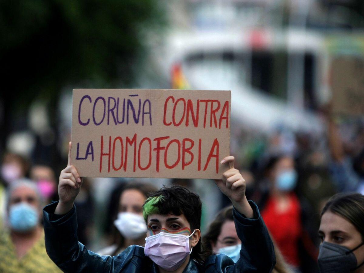 Foto: Una joven protesta en A Coruña tras producirse el crimen de Samuel Luiz (EFE)