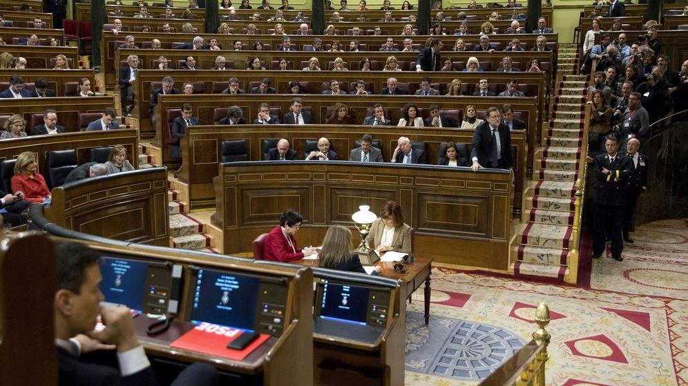 Foto: El presidente del Gobierno en funciones, Mariano Rajoy (d), el pasado 4 de marzo en el Congreso de los Diputados. (EFE)