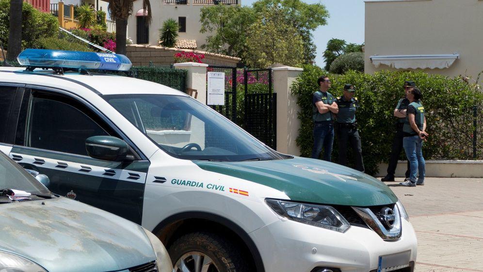 Foto: La Guardia Civil en el domicilio de Ayamonte en el que ha aparecido una pareja muerta. (EFE)