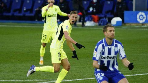 Luis Suárez sella un triunfo agónico en Vitoria y mantiene al Atlético como líder (1-2)