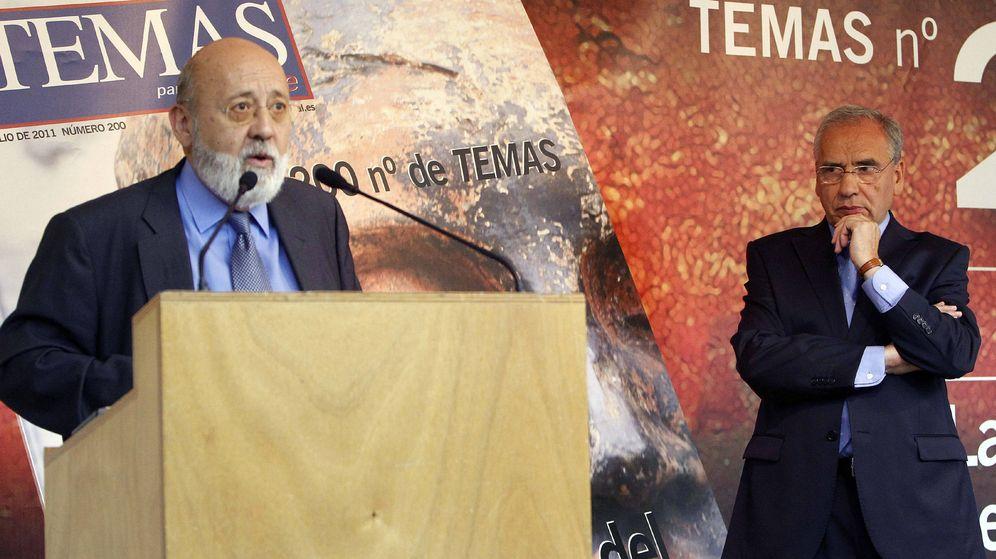 Foto: Tezanos, en un acto con Alfonso Guerra en 2011. (EFE)