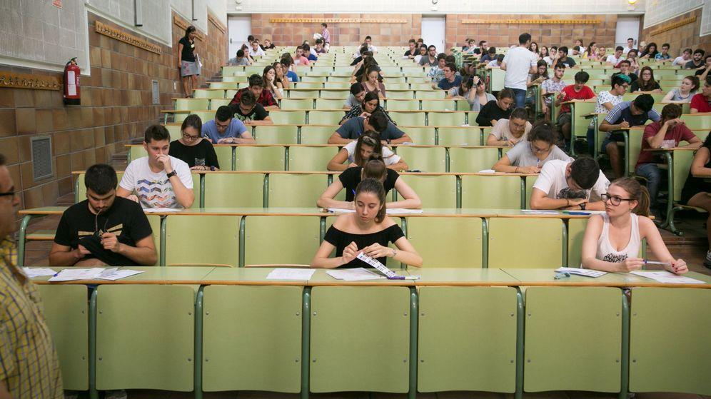 Foto: Varios estudiantes se examinan en la Universidad de Zaragoza. (EFE)