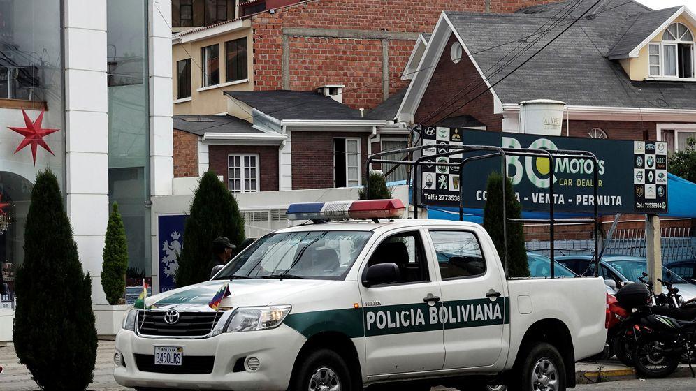 Foto: Un vehículo policial boliviano en el consulado de México en La Paz. (EFE)