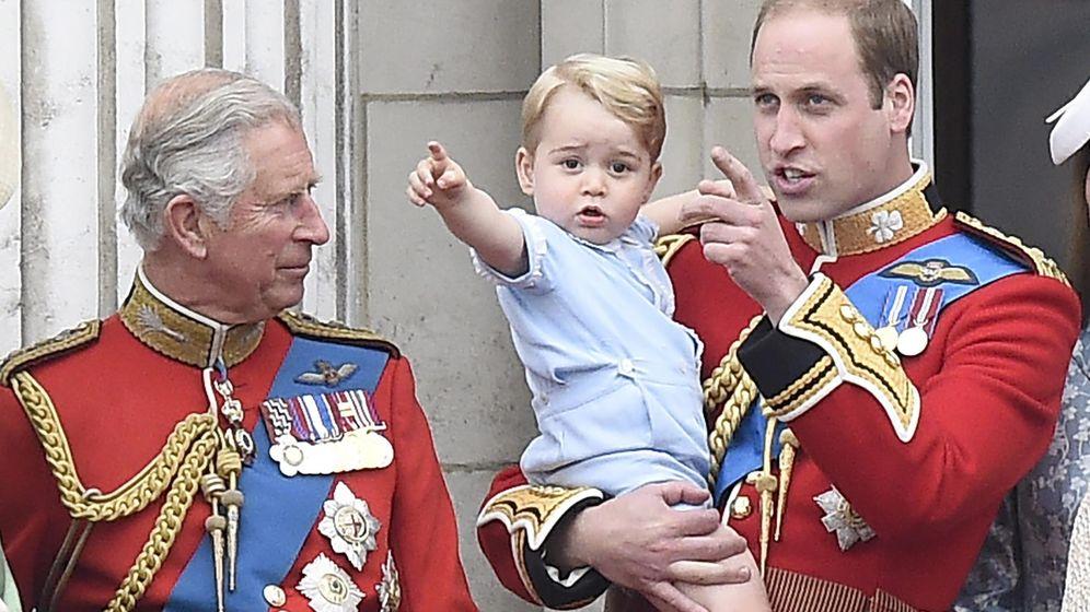 Foto: El príncipe Carlos con su hijio Guillermo y su nieto George, los tres primeros en la línea de sucesión al trono. (EFE)