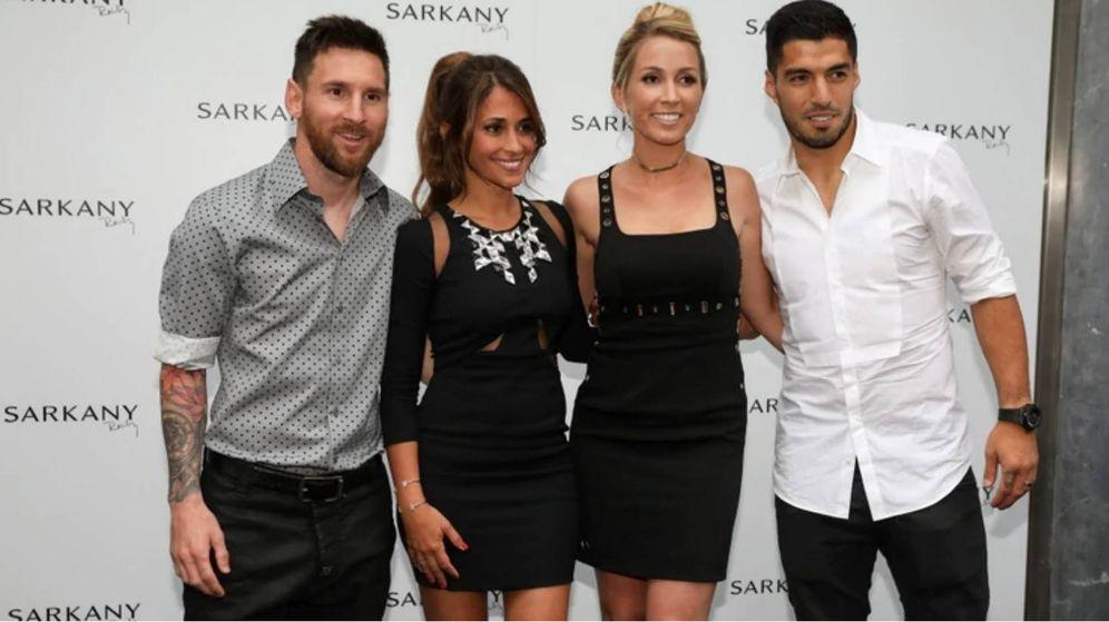 Foto: Messi y Luis Suárez con sus mujeres en la inauguración de la tienda de zapatos