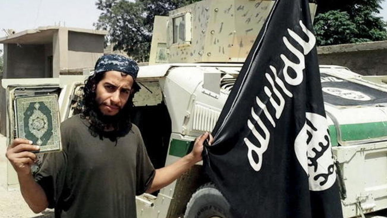 Foto: El terrorista Abdelhamid Abaaoudcon una bandera del Estado Islámico y el Corán en la mano. (Reuters)