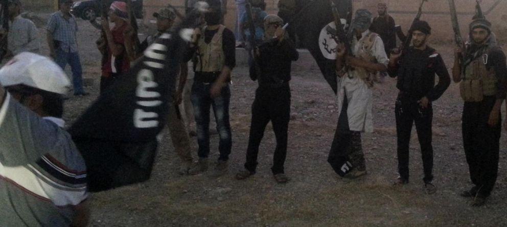 Foto: Combatientes del Estado Islámico en una calle de Mosul (Reuters)