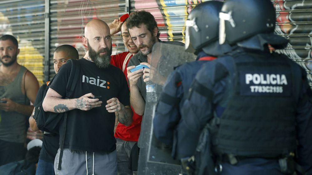 Foto: El concejal de la CUP en el Ayuntamiento de Barcelona Josep Garganté, ante los antidisturbios de los Mossos d'Esquadra. (EFE)