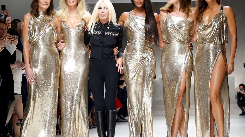 Carla Bruni, Claudia Schiffer, Naomi Campbell, Cindy Crawford y Helena Christensen posan junto a Donatella Versace. (Reuters)