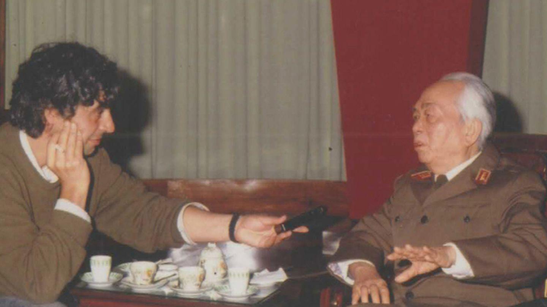Germán Sánchez durante la entrevista con el general Giap (José Navarro).