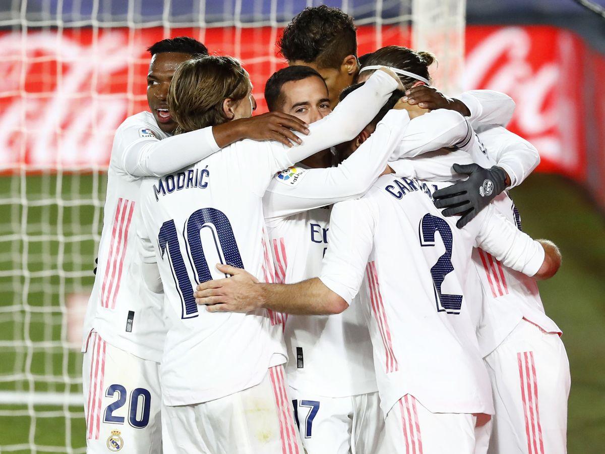 Foto: Los jugadores del Real Madrid celebran el segundo gol en el derbi. (EFE)