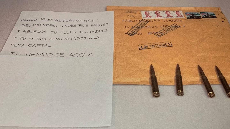 Carta con amenazas y las cuatro balas destinadas a Pablo Iglesias. (EFE)