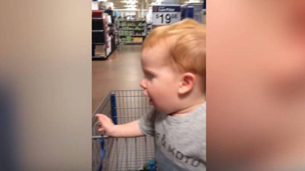 Las caras de alegría y emoción de un bebé al entrar en la sección de juguetes de un supermercado