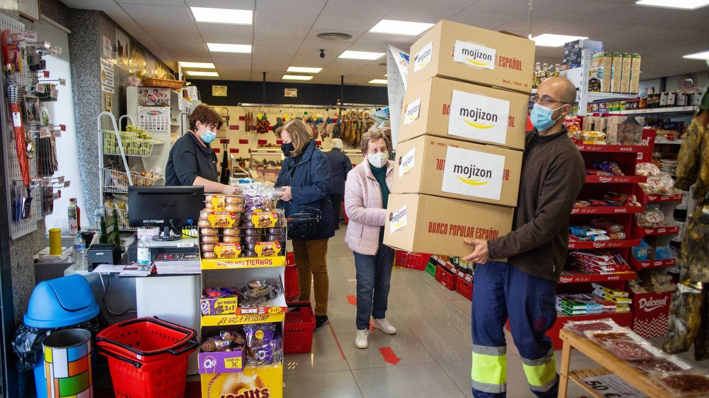 El repartidor de Mojizon, recogiendo los pedidos de un supermercado. (Fernando Ruso)