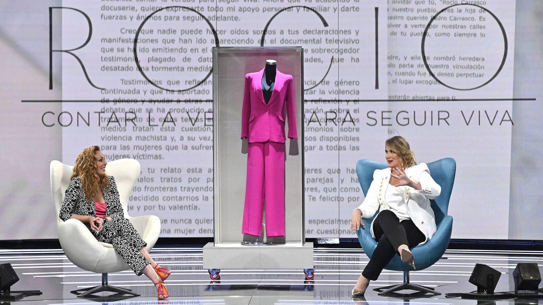 Rocío Carrasco, con Carlota Corredera y detrás su traje fucsia. (Mediaset)