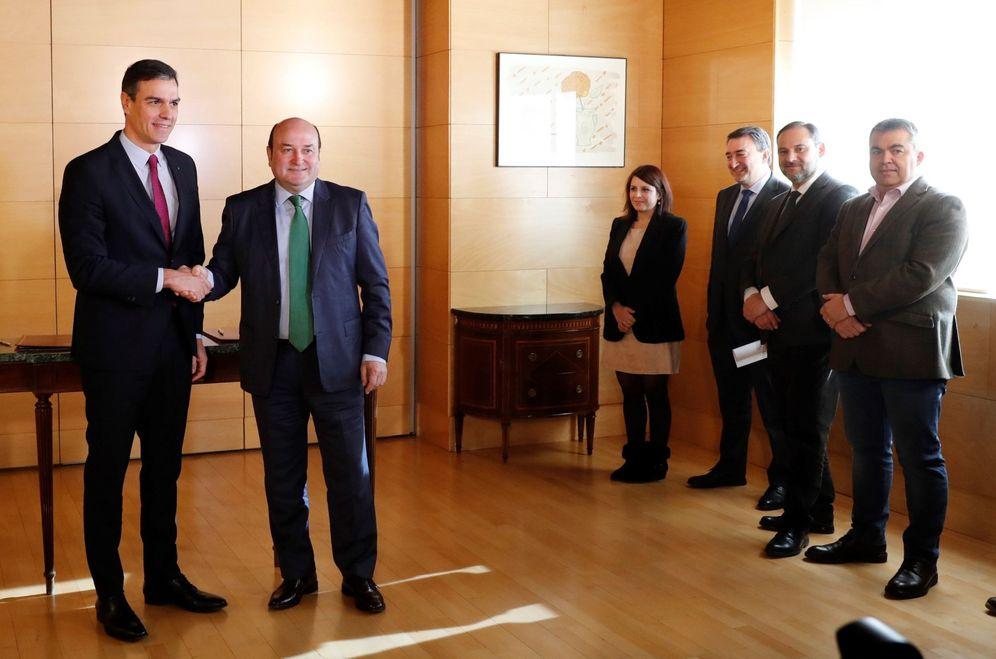 Foto: Sánchez y Ortuzar sellan este lunes su acuerdo para posibilitar la investidura del candidato socialista a La Moncloa. (EFE)