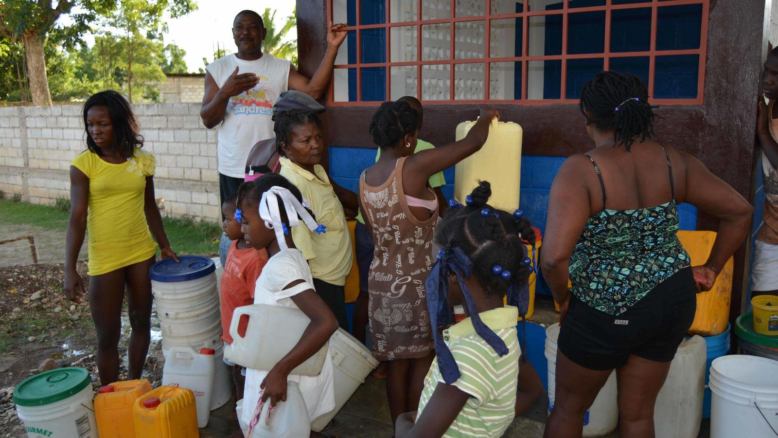 Foto: Los niños de la ciudad haitiana de Jacmel acuden raudos para tomar agua gratis en una suelta para probar el sistema. (M. García Rey)