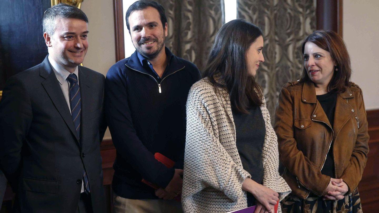 Redondo, con Alberto Garzón, Irene Montero y Adriana Lastra, el día que se anunció el 'pacto del abrazo'. (EFE)