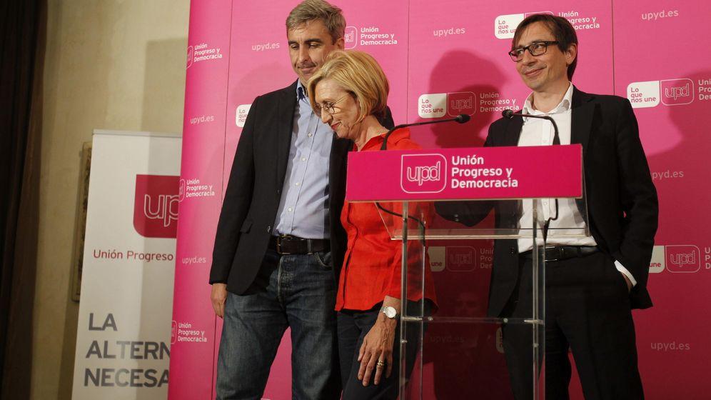 Foto: Rosa Díez, portavoz de UPyD, abandona el estrado junto a David Ortega (i), candidato a la alcaldía de Madrid, y Ramón Marcos. (Efe)
