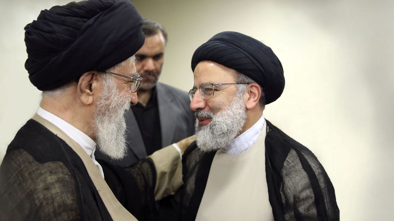 El líder supremo Ali Jamenei (izq.) junto a Ebrahim Raisi (der.). (Reuters)