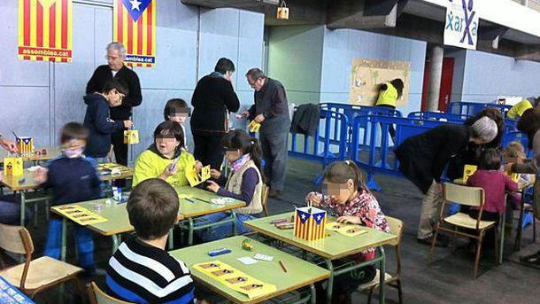 Foto: Clase de manualidades en un colegio de Barcelona.