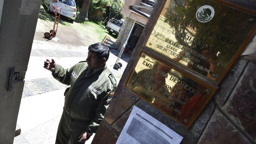 Foto: Un miembro de la Policía Boliviana en el acceso de la Embajada de México. (EFE)