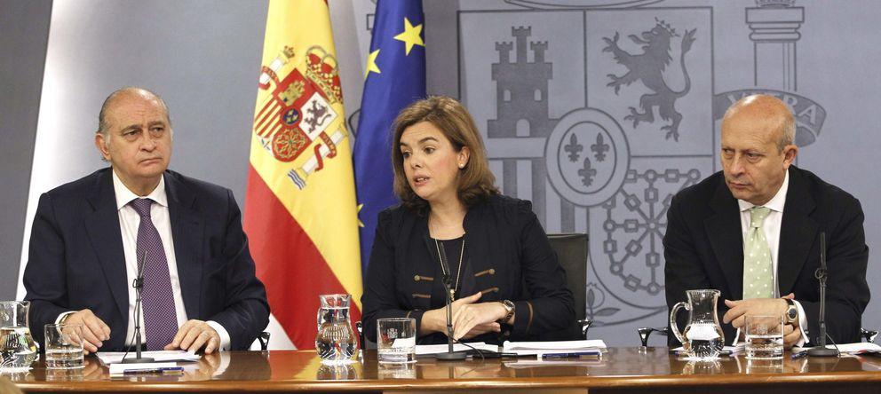 Foto: El ministro Fernández Díaz, la vicepresidenta Sáenz de Santamaría y el ministro Wert durante la rueda de prensa (Efe)